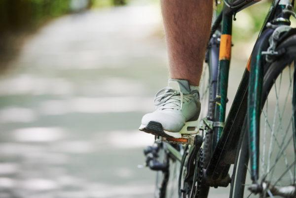 Como evitar cãibras durante o pedal?